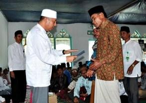 Wakil-Walikota-Bima-saat-menyerahkan-bantuan-pembangunan-Masjid-Nitu (1)